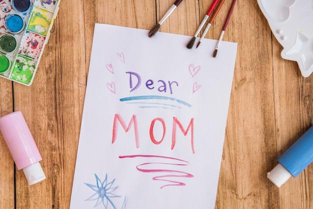 Querida mamãe inscrição em papel com tintas Foto gratuita