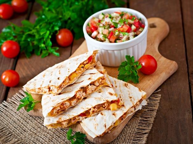 Quesadilla mexicana com frango, milho e pimentão e salsa Foto Premium