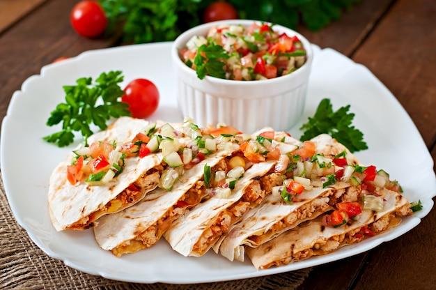 Quesadilla mexicana com frango, milho, pimentão e salsa Foto gratuita
