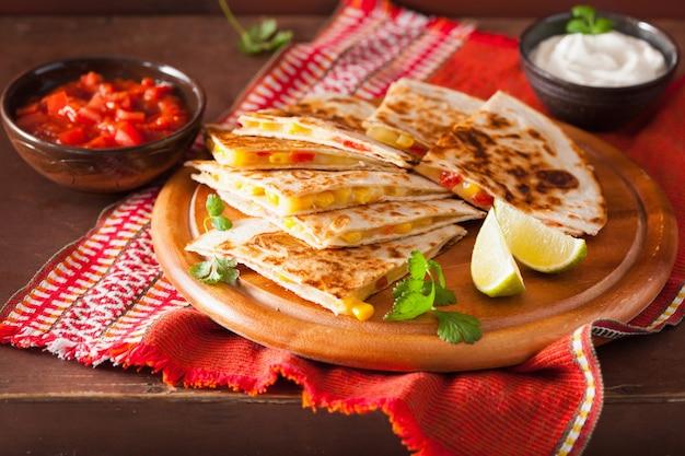 Quesadilla mexicana com queijo milho e tomate Foto Premium