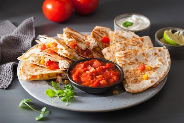 Quesadilla mexicano com tomate e queijo Foto Premium