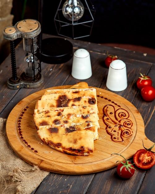 Quesadilla torrado em uma placa de madeira Foto gratuita