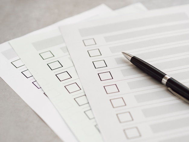 Questionários de eleição de alto ângulo múltiplo com caneta preta Foto gratuita