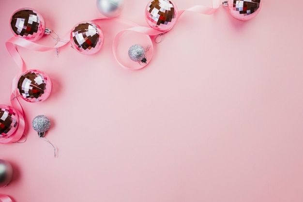 Quinquilharias brilhantes no fundo rosa Foto gratuita