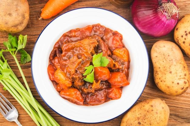 Rabo de carne estufada com cenouras e batatas Foto gratuita