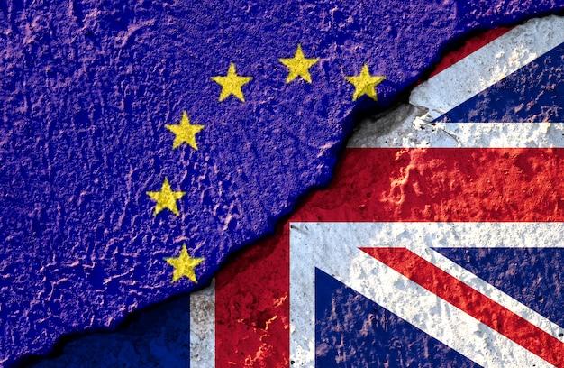 Rachadura quebrada da bandeira da ue e bandeira britânica Foto Premium