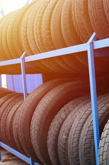 Rack com variedade de pneus de carro na loja de automóveis Foto Premium