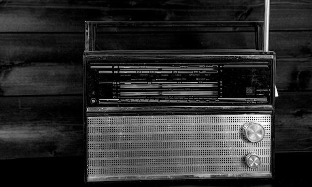 Rádio antigo em um preto Foto Premium
