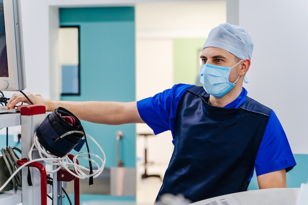 Radiologista na sala de cirurgia Foto Premium