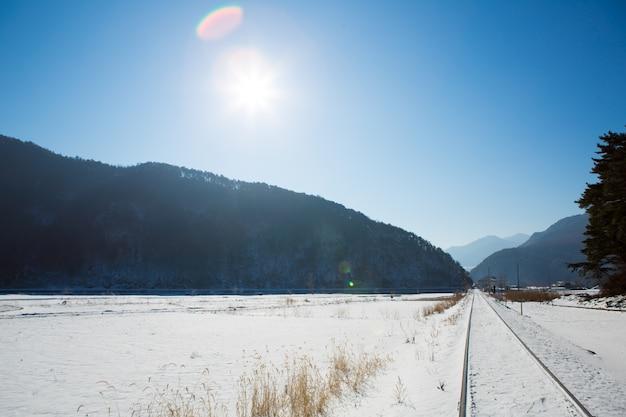 Railway no inverno com sol Foto gratuita
