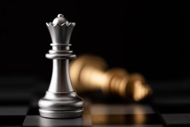 Rainha de prata em pé e ouro rei caindo Foto Premium