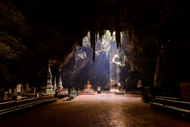 Raio de sol, em, buddha, caverna, thaham, khao, luang, perto, phetchaburi, tailandia Foto Premium