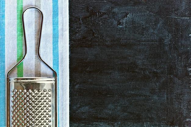 Ralador de metal e toalha de mesa Foto Premium