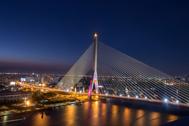 Rama 8 ponte à noite em banguecoque Foto Premium