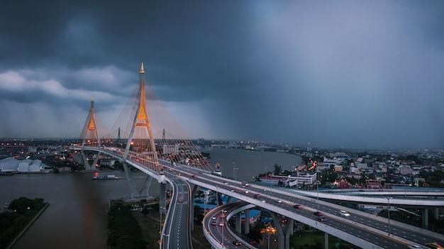 Rama ix ponte na tailândia Foto Premium