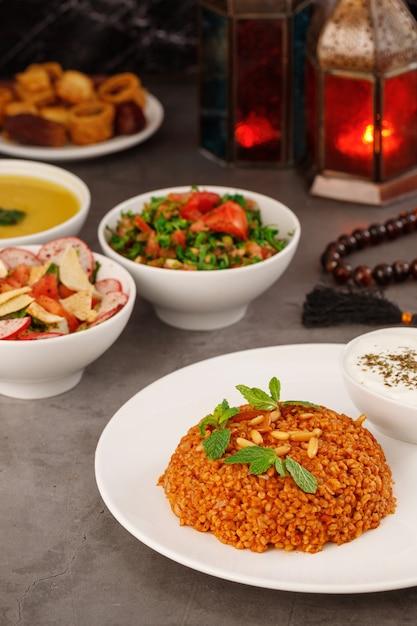 Ramadan árabe jantar em família comida árabe tradicional closeup view eid mubarak mesa com pratos compartilhados decoração do ramadã cozinha libanesa entradas hummus baklava datas muçulmanos Foto Premium