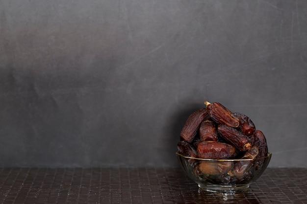 Ramadan kareem frutos secos de tamareira Foto Premium