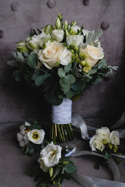 Ramalhete branco bonito e boutonnieres do casamento para damas de honra. Foto Premium