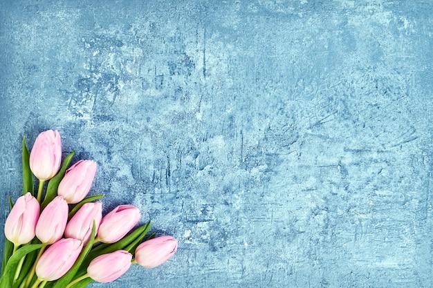 Ramalhete cor-de-rosa das tulipas no azul. Foto Premium