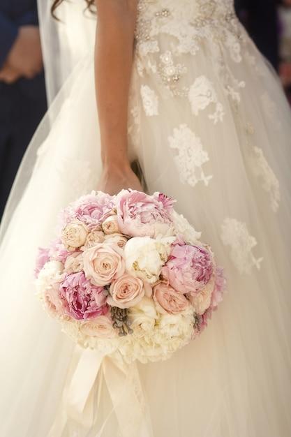 Ramalhete de noiva elegante encantador sozinho Foto gratuita