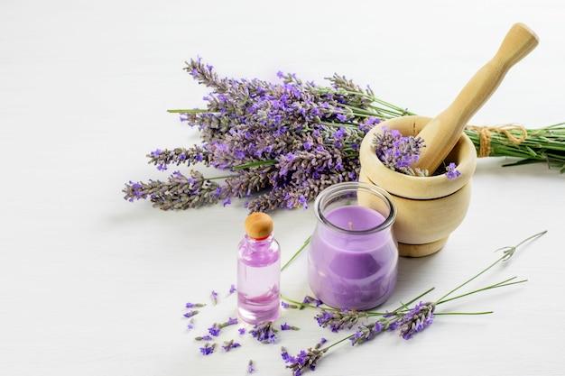 Raminhos de lavanda, flores de lavanda no pilão, óleo de casca de lavanda e  vela. cuidados com a pele, conceito de aromaterapia. | Foto Premium