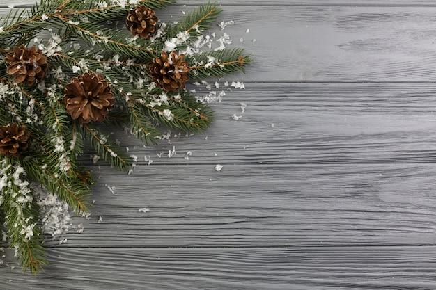Ramo de abeto com senões e neve de ornamento Foto gratuita
