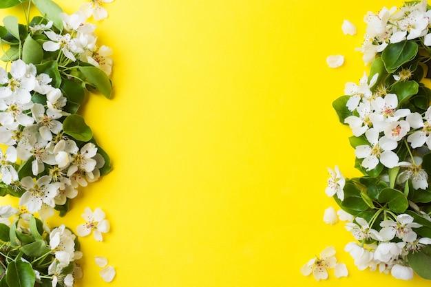 Ramo de floração de primavera em fundo amarelo Foto Premium
