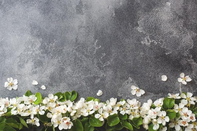 Ramo de floração de primavera em fundo cinza concreto Foto Premium