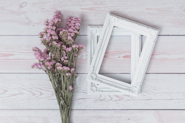 Ramo de flores perto de molduras Foto gratuita