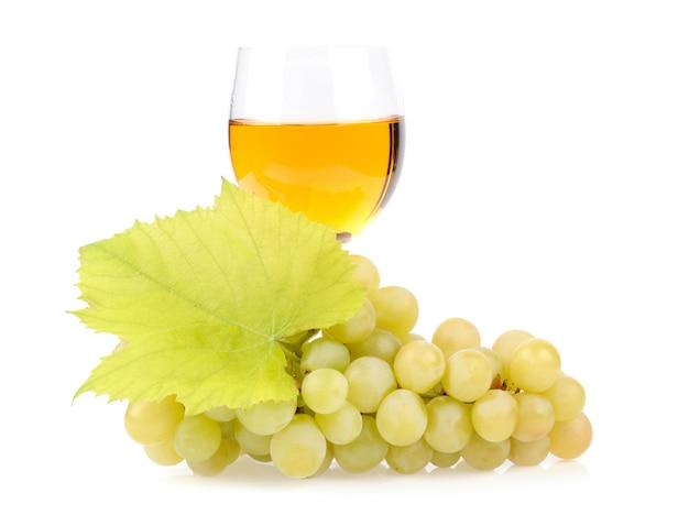 Ramo de uvas e copo de vinho isolado no branco Foto gratuita