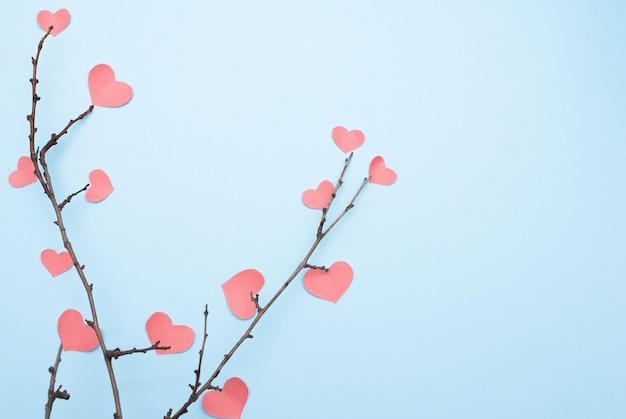 Ramos com corações em fundo azul com espaço de cópia Foto Premium