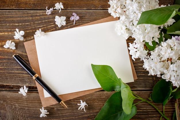 Ramos do lilás que encontram-se em placas de madeira com cartão. Foto Premium
