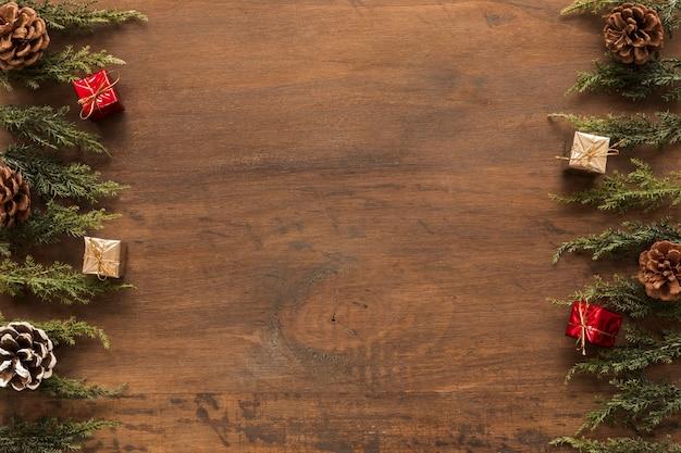 Ramos verdes com caixas de presente pequena Foto gratuita