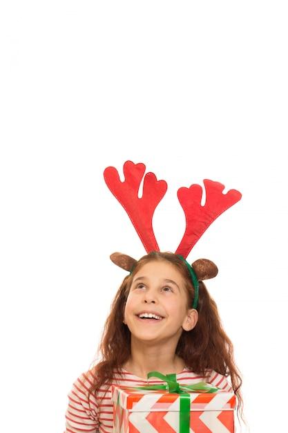 Rapariga adorável com um presente de natal Foto Premium