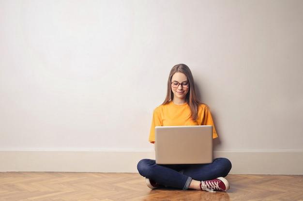 Rapariga estudante usando um laptop Foto Premium