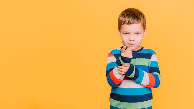 Rapaz apontando para você Foto gratuita