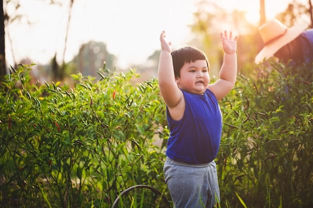 Rapaz asiático é agricultura Foto Premium