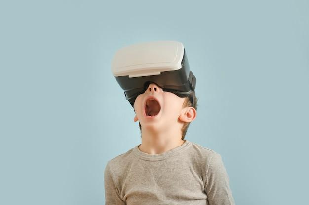 Rapaz com óculos de realidade virtual. Foto Premium