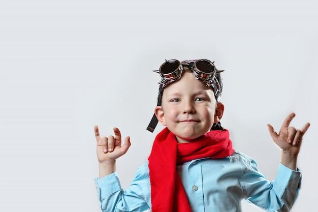 Rapaz de camisa azul, lenço vermelho, óculos de motociclista e bandana na luz de fundo Foto Premium