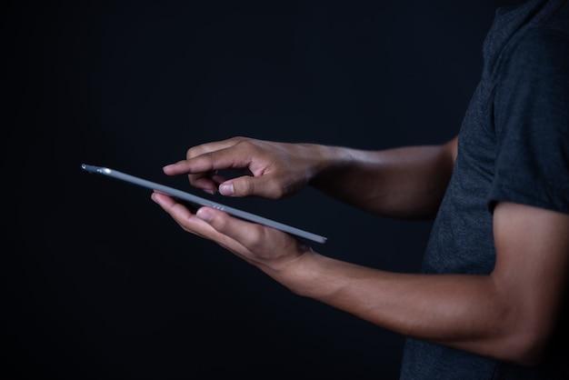 Rapaz estudante usando laptop, aprendizagem on-line, educação Foto gratuita