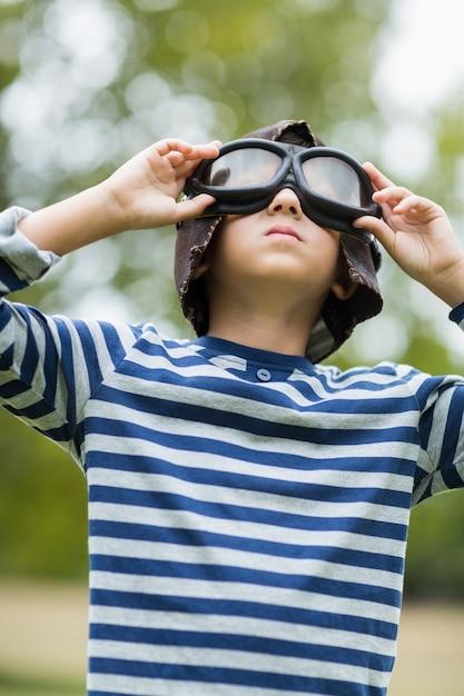 Rapaz fingindo ser piloto de aviação Foto Premium