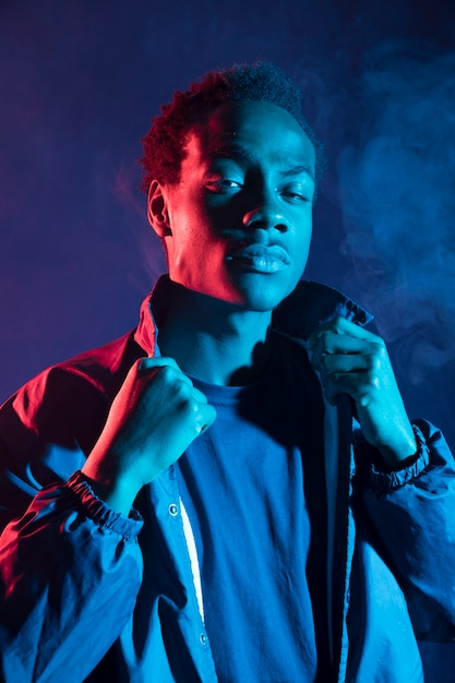 Rapaz negro posando Foto gratuita