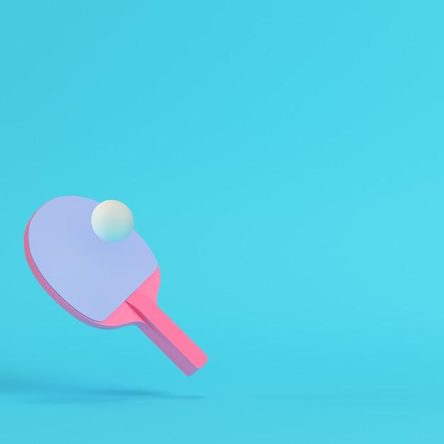 Raquete de pingue-pongue rosa com bola em fundo azul brilhante Foto Premium