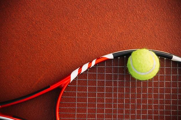 Raquete de tênis com uma bola de tênis Foto gratuita