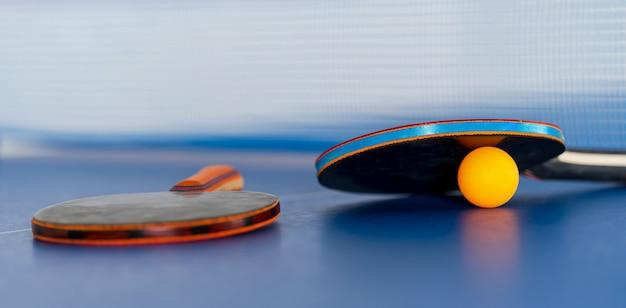 Raquete e bola de tênis de mesa, atividade esportiva em recinto fechado Foto Premium