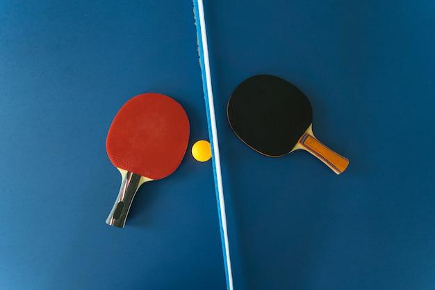 Raquete e bola de tênis de mesa Foto Premium