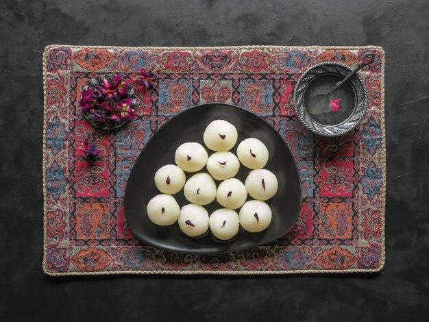 Rasgulla doce tradicional indiana, close-up, copie o espaço Foto Premium
