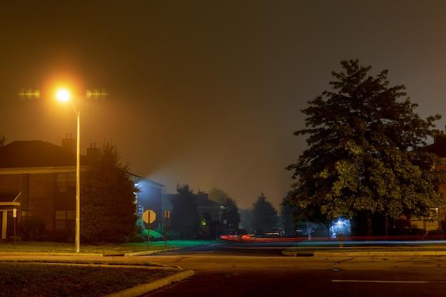 Rastreamento de carro em uma estrada de noite vazia em um nevoeiro Foto Premium