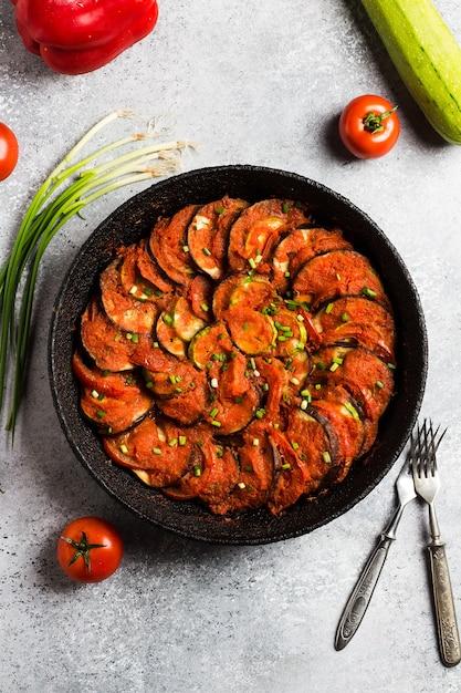 Ratatouille francês prato de provence de legumes pimentas de berinjela de abobrinha Foto gratuita