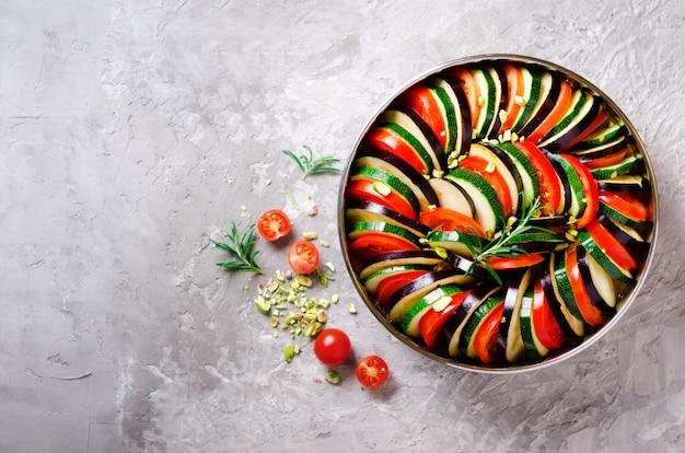 Ratatouille. prato de legumes caseiro tradicional. comida vegetariana vegetariana. Foto Premium